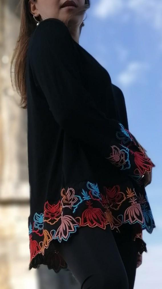 Kol ve Etekleri Nakışlı Bluz - siyah