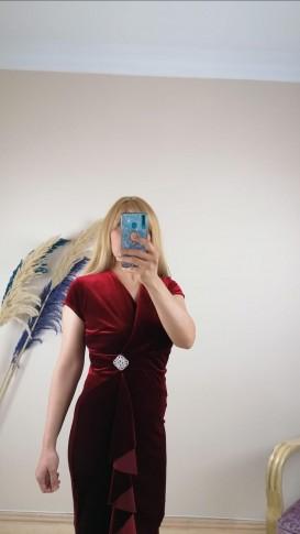 Beli Broş Detaylı Fırfırlı Kadife Elbise - Kırmızı
